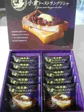 名古屋名物の小倉トーストを、スイーツで再現した「小倉トーストラングドシャ」。小倉あん風味のチョコレートクリームがラングドシャクッキーでサンドしてあり、和菓子のような味わいもあり、とっても美味しいんです。名古屋駅などで売っています。