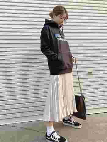 ひらりと揺れるプリーツスカートにパーカー&スニーカーを合わせると、理想的なバランスの甘辛ミックスコーデが完成しちゃいます。白のスカートはどんな色のパーカーで合わせやすいので、手軽にコーディネートできるのも嬉しいですね。
