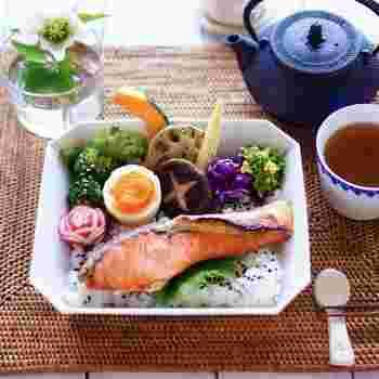 野菜や魚が苦手ならお弁当のように盛り付けて、カラフルで楽しい食卓に♪焼き鮭をご飯に乗せて、鮭弁風の朝ご飯。