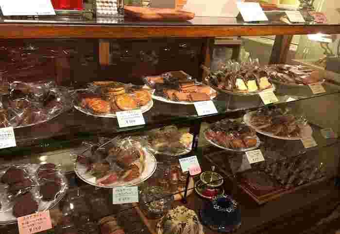 ショーウィンドウマドレーヌやサブレなど多彩な焼き菓子が。