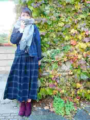 風が強くて寒い時におすすめなのが、お団子ヘア+マフラーの組み合わせ。マフラーに顔をうずめれば寒さをしのげるだけでなく、首まわりにボリュームを出してくれるので小顔効果も◎