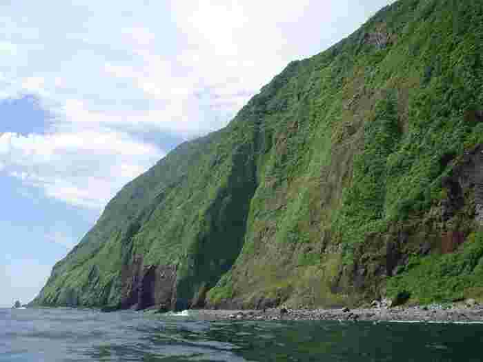 伊豆諸島に属し、東京都御蔵島村に属しており、島全体は豊かな原生林に覆われています。