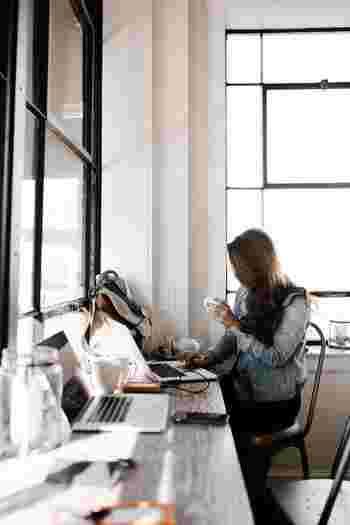 仕事中は座っていることが多い、という方はぜひ背筋を伸ばすよう意識してください。常に背筋ピンを意識することで、お腹周りが引き締まります。何より、見た目にも美しくなれますよね。
