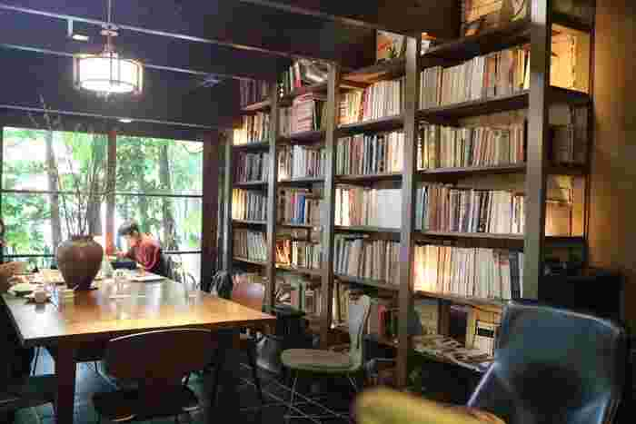 続いては、京都市役所前駅から6分ほどの場所にある「カフェビブリオテックハロー!」。壁際の天井まである大きな本棚が印象的です。雑誌や旅行誌、絵本など手にとりやすい本が置いてあります。ぜひ本棚の近くの席でお好みの本を探してみてください。