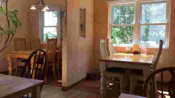 窓から木々の緑を眺めるだけで癒されます。丸みのあるテーブルの脚など、優しい雰囲気で居心地満点です。