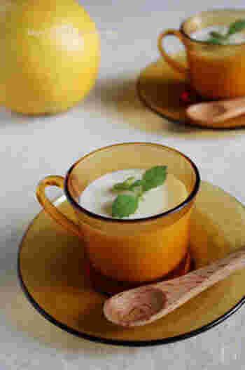 グレープフルーツの苦み、バナナの甘み、ヨーグルトの酸味がバランスよく混じり合った絶品ヨーグルトゼリーです。バナナの品種や完熟具合によって、お砂糖の量は調節してみてくださいね♪