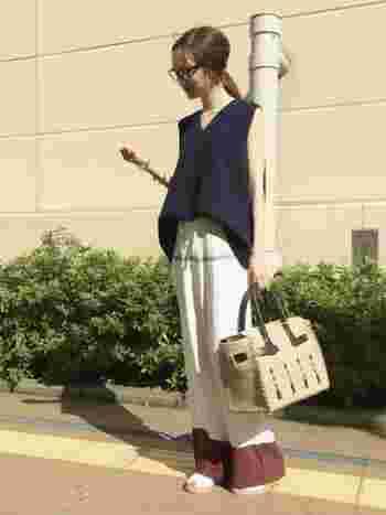 パジャマ風ロングパンツとあわせて。トップスをタックインすることでパンツの柄をきちんと見せています。さわやかで夏らしいコーディネートですね。