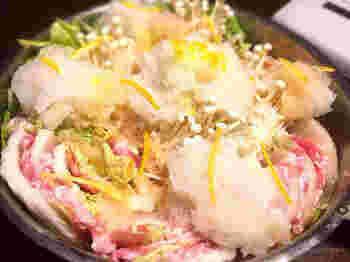 「白菜×豚バラ」のミルフィーユにえのきを差し込んで、大根、ニンニク、生姜、柚子の皮を下してから全体に振りかけてグツグツ……。香り豊かなみぞれ鍋で体を温めて、風邪を吹き飛ばしてしまいましょう。