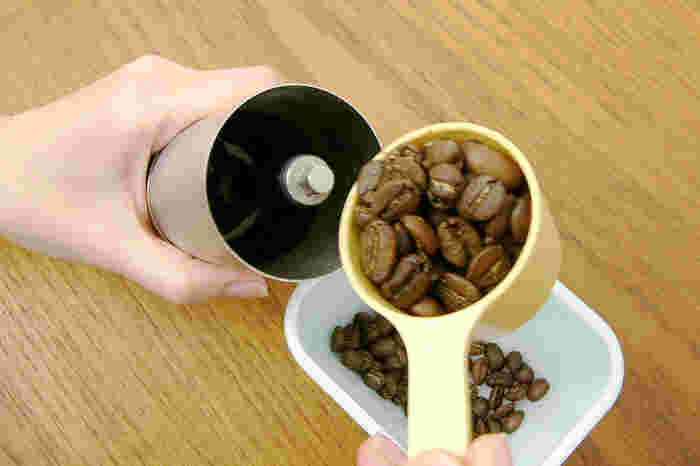 使い方は至って簡単。まず上部にコーヒー豆を入れます。2種類あるサイズのうち、トールサイズは30gまでのコーヒー豆を一度に挽くことが可能。