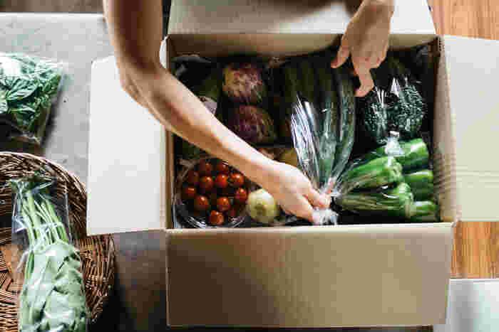 定期便の野菜ボックスは、7品のS、10品のМ、10品の大家族用のLと家族の人数などで選べます。さらに届く間隔も毎週、隔週、一ヶ月ごと、二ヶ月ごとなど選べて便利。