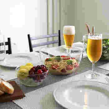 他に容量、2000mlのMと、容量、500mlのSもあり、家族の人数や用途に合わせて選べます。全て揃えて大きさに合わせて料理を入れて食卓に出しても絵になります。