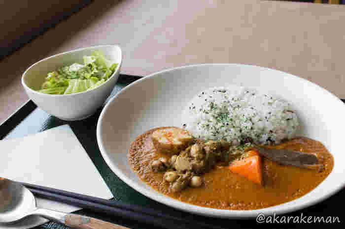 たっぷりの野菜とスパイスで作られた、お寺のカレーは、お肉は一切使われていません。ですが、絞り大豆から出汁を取っているので、味に深みがありカレー好きも満足できる味わいです。