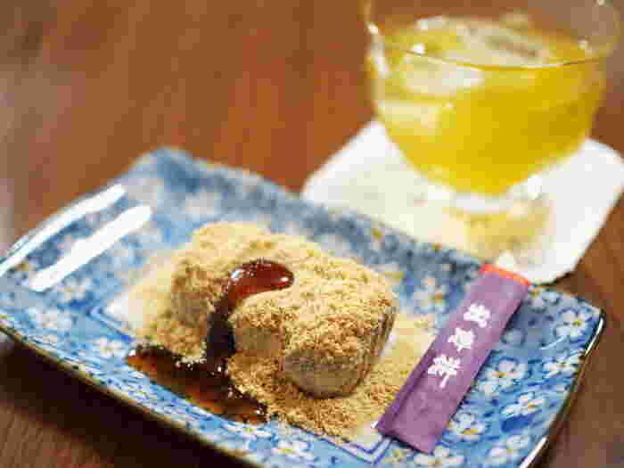 """新潟県産のもち米を使った""""よもぎ""""風味のお餅に、きなこと黒蜜をかけていただきます。「かなざわ総本舗」には他にも、上杉謙信が敵に塩を送った故事に因んで作った「情けの塩最中」や、直江兼続の兜型に焼き上げたカステラに餡子を挟んだ「兼続出陣かぶと」といった、新潟ならではのお菓子もたくさん。歴史好きの方へのお土産にしたら、話が盛り上がりそうですね。"""