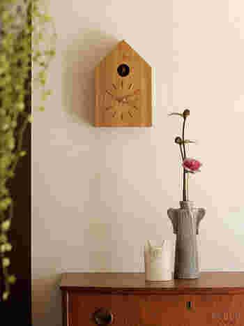 昔、おばあちゃんの家にあったような、そんな懐かしい雰囲気の鳩時計。24時間鳴り続ける音に、最初は慣れない…なんてこともあるかもしれませんが、気が付くと、鳩の音が日々の当たり前、待ち遠しい癒しの音になりそうですね!