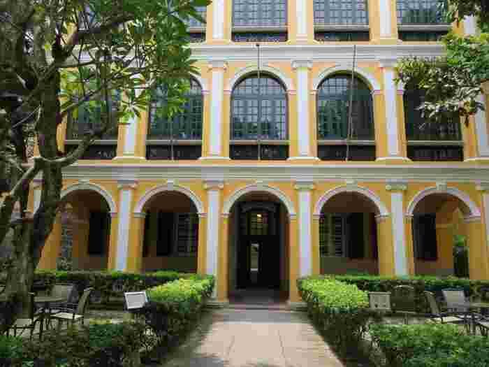 聖オーガスティン広場にある4つめの建物が、こちらの「ロバート・ホー・トン図書館」です。1894年以前に建築されたもので、元々はポルトガル人のドナ・キャロリーナ・クンハの住居でした。その後、1918年に香港の事業家であるロバート・ホー・トンによって購入され、別荘として利用されていたそうです。彼の死後、この建物はマカオ政府に寄贈され、1958年に図書館となりました。