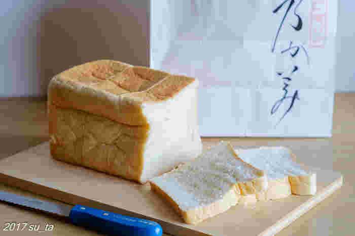 この高級「生」食パン、なんと、2016年パン・オブ・ザ・イヤーの食パン部門、そして日本の美味しい食パン10本にも選ばれた、食パン界の中のサラブレッド。卵を使わず、国産小麦に生クリームとはちみつが配合されたしっとりふわふわな優しい食感。切り口を見るだけでもそれが伝わってきますよね。
