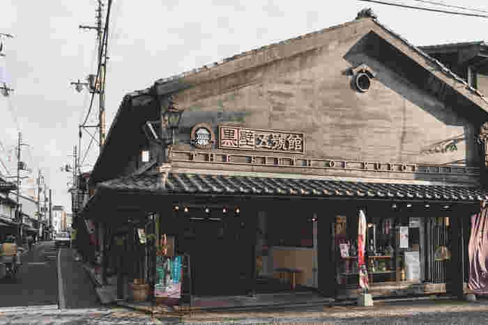 長浜市にある、江戸時代から明治にかけての古い建築が並ぶレトロモダンの情緒ある町並み「黒壁スクエア」。ガラスの街としても人気です。