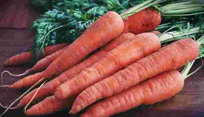 ビタミンAは抗酸化作用があり、肌や粘膜を正常に保つといわれている栄養素です。にんじんやほうれんそうなどの緑黄色野菜に多く含まれています。油と一緒に摂ると吸収率がアップするので、炒めたりゴマなどと和えたりすると効果的です。