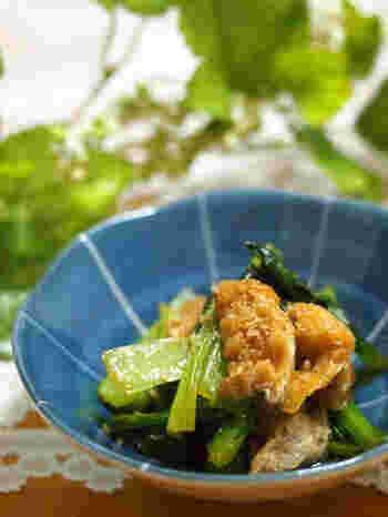 忙しい時にもパパッとできる小松菜の小さなおかずです。 きんぴら風の甘辛い出汁がしみた油揚げと、歯ごたえシャキシャキの小松菜との組み合わせはごはんにぴったり。強火でサッと炒めるのがコツです。