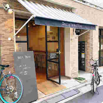 おしゃれなエリアとして注目されている蔵前にある「Daily's muffin TOKYO(デイリーズ マフィン東京)」。都営浅草線の蔵前駅からすぐなので、ちょっと早起きしてお仕事前に立ち寄るのもおすすめです。