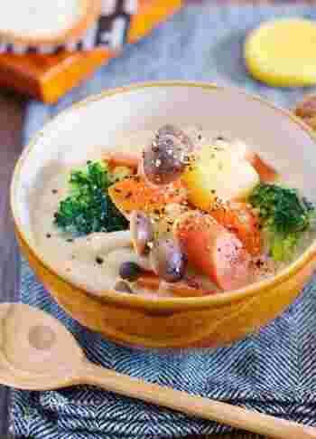 鶏がらスープをベースに、味噌と豆乳で味付けした、心がほっこりとする味わいのスープ。  あえて野菜は大き目にカットして、素材の味を楽しみたいですね。