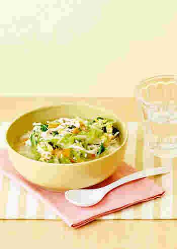 ささみや野菜など、素材のおいしさが溶け込んだ中華風スープごはん。ごま油の風味がアクセントになっています。