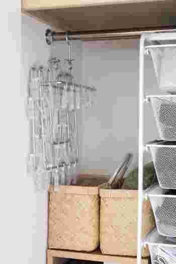 洗濯ハンガーは、バスケットに収納しているそうです。クローゼットのちょっとした隙間を活用する良い方法ですね。