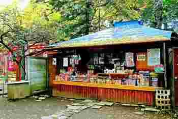 鬼子母神の境内にはなんと駄菓子屋さんがあるんです。日本一古い駄菓子屋と言われるこちらの上川口屋の創業は1781年だそうです。子供の頃に戻った気分で駄菓子を選んでみてはいかがですか?