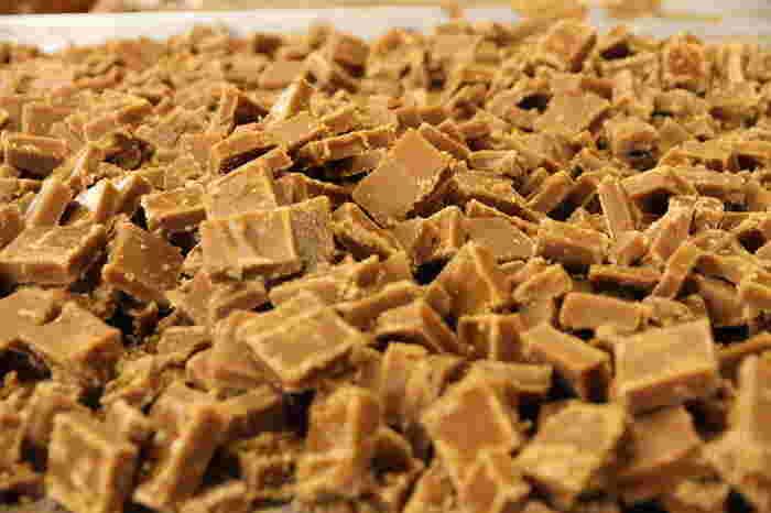 黒糖を使ってジンジャーシロップを作ると、深いコクとまろやかさがアップ。 お好みでシナモン、クローブ、カルダモンなどのスパイスを加えても美味しいです。