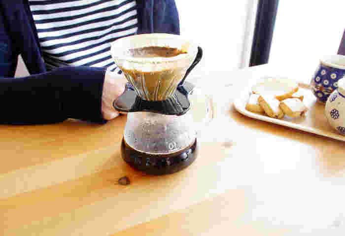 おいしいコーヒーを淹れるなら、道具からこだわりたいところ。比較的お手頃な値段で、本格的なドリップの味を楽しめるのが「HARIO v60」です。