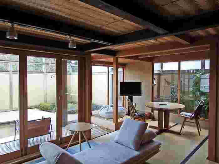 お部屋は12種類に分かれており、それぞれ趣きや間取りが異なって作られています。例えば「離れ 肱山」に用意された烏風呂では、敢えて照明を落とし、ロウソクとアロマで究極のリラックスが楽しめます。