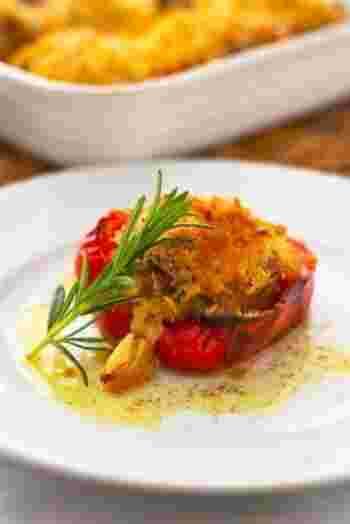 オーブンでじっくりと焼いたパプリカのファルシ。パン粉はさっくり、お肉はジューシー。ニンニクとローズマリーの香りがふんわりと食欲を誘う、プロヴァンス風のお料理です。