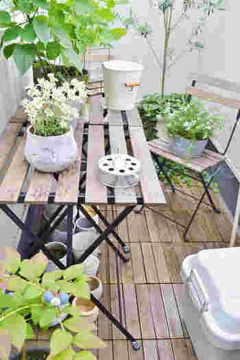 お庭のある一軒家なら陽の光の下でティータイムも簡単にできますが、マンションなどの限られた空間ではなかなか難しいですよね。ベランダにテーブルとチェアを置くだけでも気持ちの良いブレックファストやランチが楽しめちゃうんです。でも、もうひと工夫してもっと快適でオシャレなカフェのようなインテリアにしてみませんか?