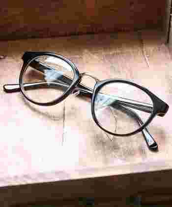 角が少し丸みを帯びた逆台形型。スクエアよりも縦に長く、大ぶりで存在感があります。現在の、眼鏡のクラシックブームの火付け役になったデザインです。