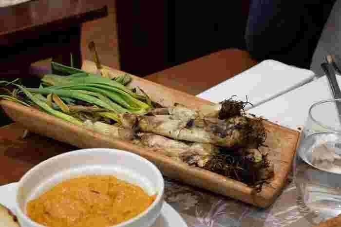 カルソッツの発祥はタラゴナ県で毎年1月にはカルソッツ祭りが開かれています。 同じカタルーニャ州のバルセロナでも冬場のみレストランでカルソッツを食べることができます。中でも地元で評判のレストランはサンツ駅の裏側にある「カルメン」。飾らず立ち寄れる雰囲気の店で、カルソッツのほか郷土料理が美味しくコストパフォーマンスも◎。  名称:Carmen 住所:Valladrid, 44, Barcelona
