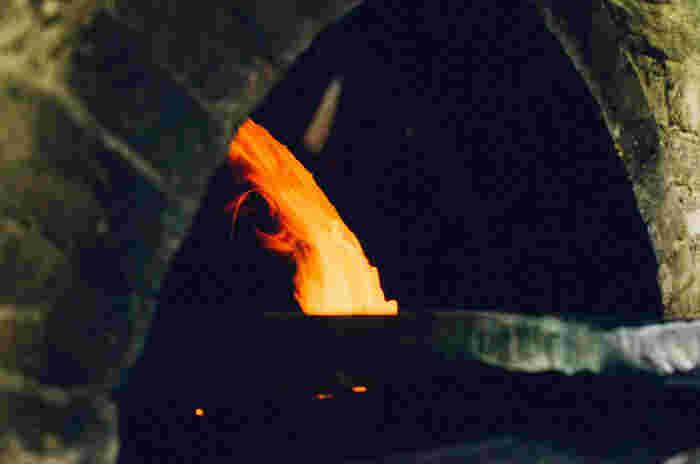 パンとお菓子は薪窯とガス窯で焼いています。ロケットストーブ式の薪窯は、薪の使用量が従来の窯と比べて少なく環境にやさしいんだとか。窯でじっくり焼かれたパンはとっておきのおいしさです♪