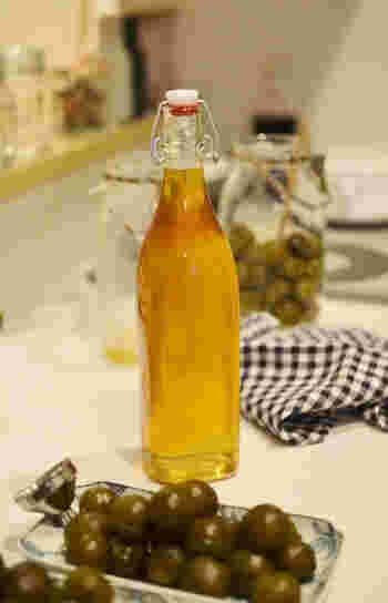 取り出した梅は密閉できるガラス容器に移し替えて冷蔵庫に入れておきます。消費期限は2~3ヵ月以内。保存用の瓶を熱湯で殺菌消毒しておけば長期保存も可能です。