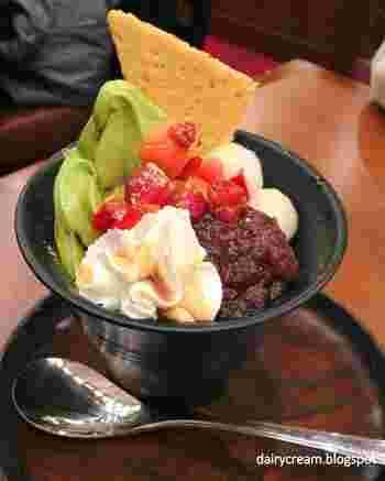 いろんなものを少しずつ食べたい方には「宇治抹茶パフェ」がおすすめ。抹茶アイスと小豆、白玉など和のおいしいところどりで思わず笑みがこぼれます。
