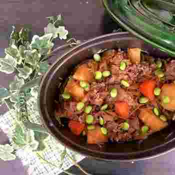 弱火でコトコトと煮込む、無水鍋で作る肉じゃがはお水を足さなくても美味しくできます。