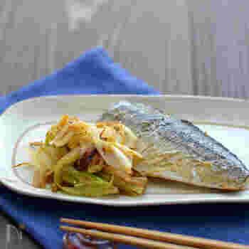 ニンニクを塗った塩鯖をごま油を熱したフライパンで焼き、両面が焼けたら、ねぎを入れて炒めるだけで、あっという間に「塩サバと炒めねぎ」の完成です。魚料理と付け合わせまで1つのフライパンで作れるので、忙しい夜に使えそう。