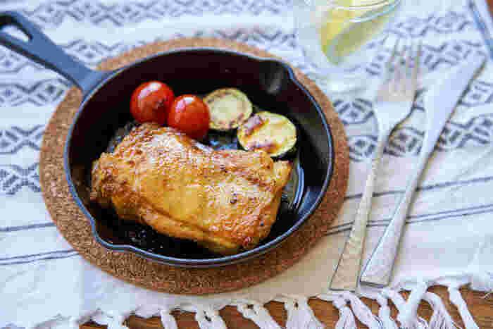 こちらはカレー風味に味付けしたチキンステーキ。事前にお肉を調味料に漬け込んでおけば、焼くだけなので簡単に作れます。カレー風味でスパイシーな味付けもポイント。お酒にもあいそうです。