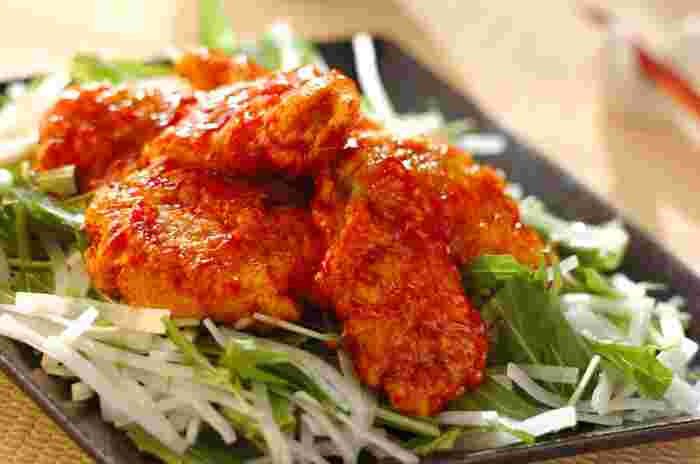 鶏胸肉を使ったレシピ。パサつきがちな鶏胸肉ですが、削ぎ切りにしてから麺棒で叩くと柔らかく仕上がります。ケチャップとスイートチリソースで味付けたら甘辛いエスニックな味わいに♪