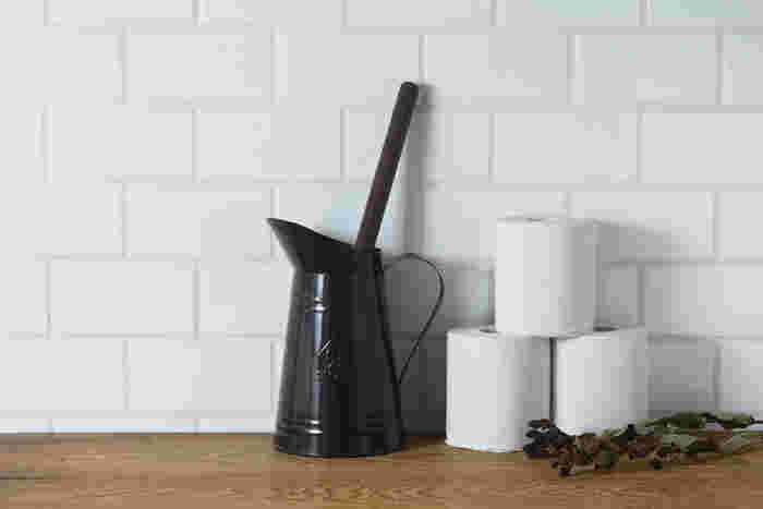 トイレ用のブラシまでこんなにスタイリッシュ。ブリキのバケツ型の容器とダークブラウンの柄がトイレの掃除道具にありがちな生活感を払しょくしておしゃれに見せてくれます。