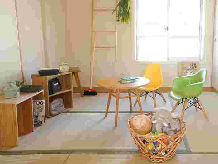 パステルカラーでも、グリーンやイエローは畳と同じ系統の色合いなので、和室には相性がいい色味です。いくつか椅子を組み合わせておきたいときは、こうした色合いで選ぶと穏やかなイメージでまとめることができます。