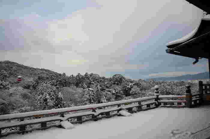 【雪の日の本堂舞台からの眺め。舞台からは京都市街を一望できます。】