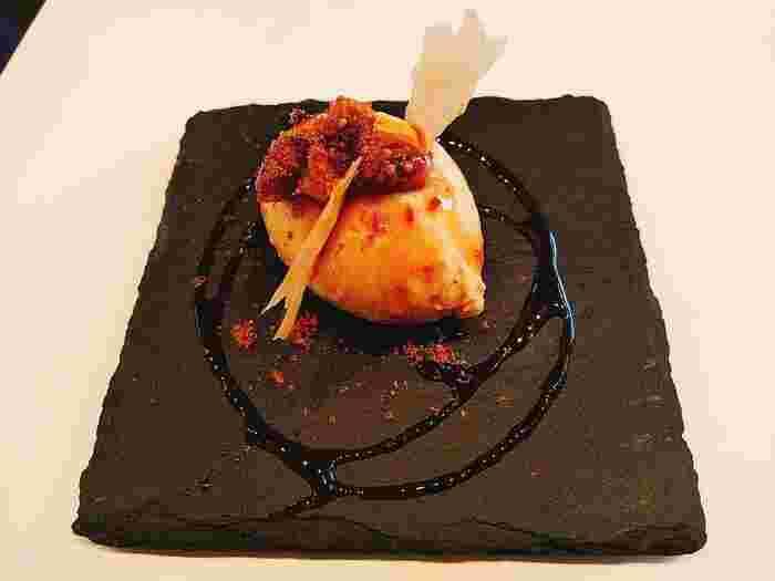 ディナーコースでも人気のスペシャリテ「フォアグラのフラン」は、なめらかでコクのある舌触りが絶品!食通もうなるおいしさを体験してみませんか。