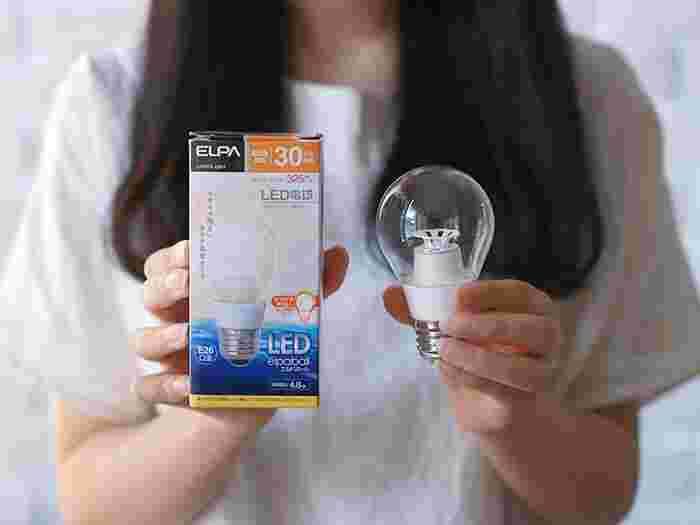 電球を変えるときに、考慮したいポイントの一つが「電気代」。「電気代を抑えたい」「しばらく取り替えなくて済むようにしたい」というときにおすすめなのがLEDです。白熱球と比べてみると、電気代は約1/8。寿命は20倍以上なのだそうです。価格は少々高いですが、そのぶん長く使えることを考えると、とても経済的です。