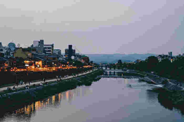 季節や時間帯で異なる顔を見せる鴨川。その周辺には京都ならではのお店がたくさんあります。京都を訪れた際は、是非立ち寄ってみてくださいね。