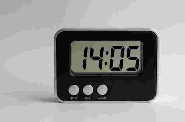 デジタルの目覚まし時計は、起きたときにぱっと見ただけで時間がわかるメリットが。アナログの目覚まし時計は秒針が動く音が気になってしまうこともありますが、デジタルなら気になりません。また、アナログの目覚まし時計は、シンプルでおしゃれなものが多いのでお部屋のインテリアに溶け込んでくれます。