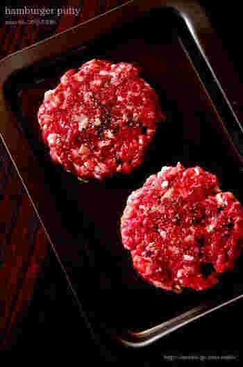 牛肉の赤身を2:1に分け、多い方を細かい角切りに。少ない方をよく叩いて、つなぎにします。味付けは、焼く前に塩こしょうのみ。シンプルに肉の味が楽しめます。